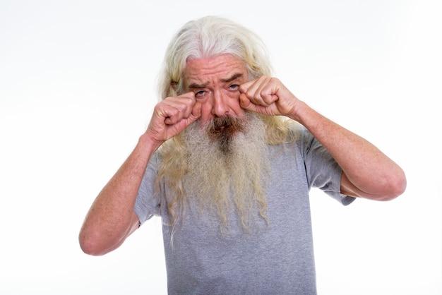 Senior homme barbu à la triste en pleurant