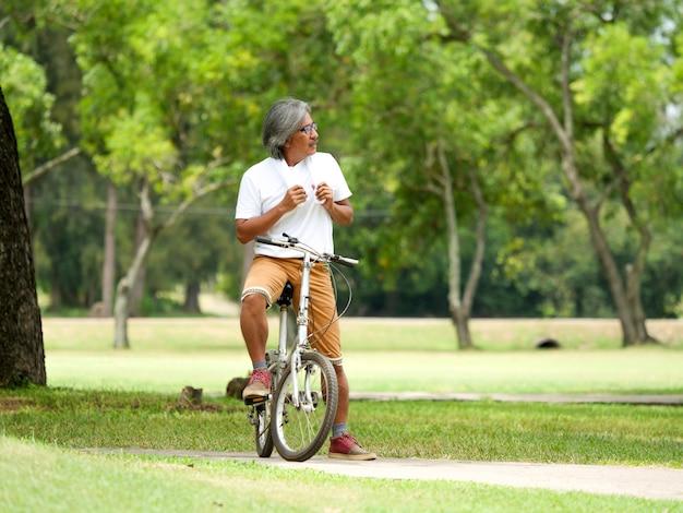 Senior homme cyclisme dans le parc