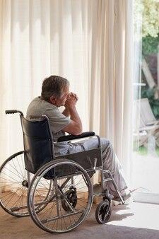 Senior homme dans son fauteuil roulant