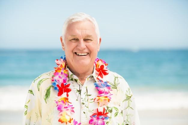 Senior homme debout à la plage