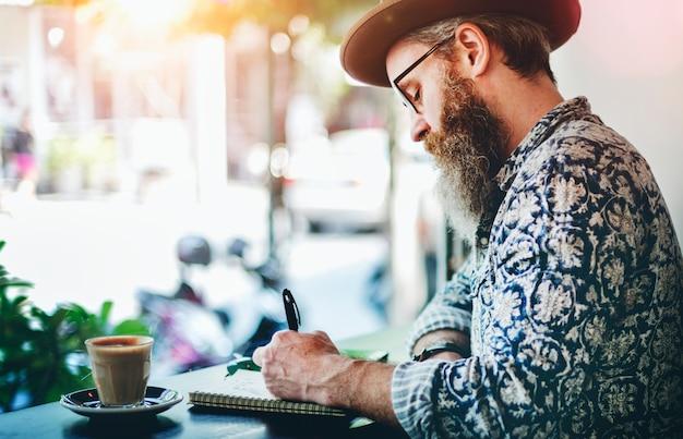 Senior homme écrivant travail café concept realxation