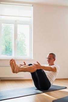 Senior homme faisant des exercices à la salle de sport