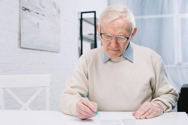 Senior homme faisant de la paperasse