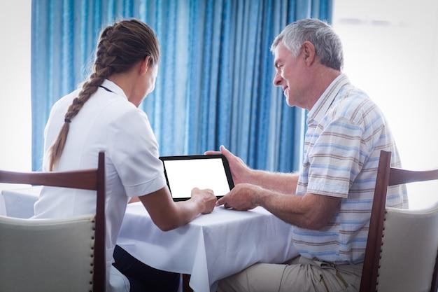 Senior homme et femme médecin à l'aide de tablette numérique
