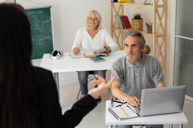 Senior homme et femme prêtant attention en classe