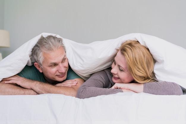 Senior homme et femme se regardant