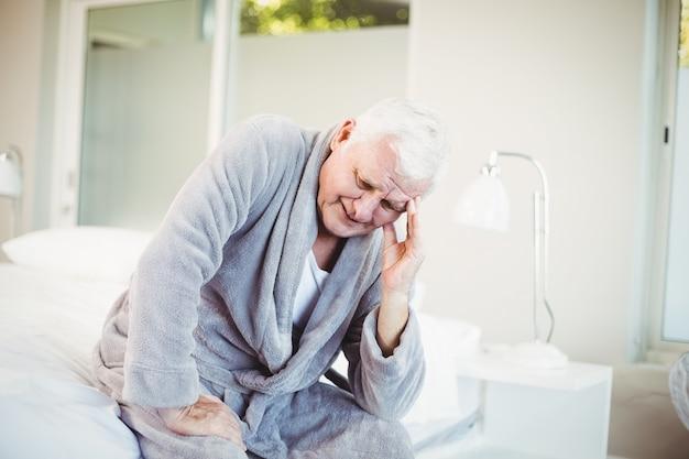 Senior homme avec mal de tête