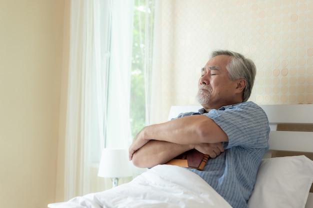 Senior homme malheureux pleure, embrassant tristement le concept de la femme décédée - senior