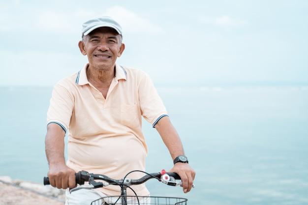 Senior homme monté sur un vélo