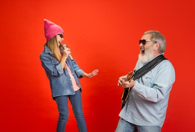 Senior homme passer du bon temps avec sa petite-fille en néon.