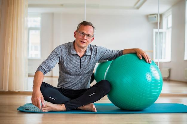 Senior homme prêt à utiliser le ballon d'exercice