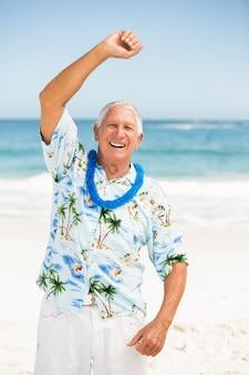 Senior homme qui s'étend à la plage
