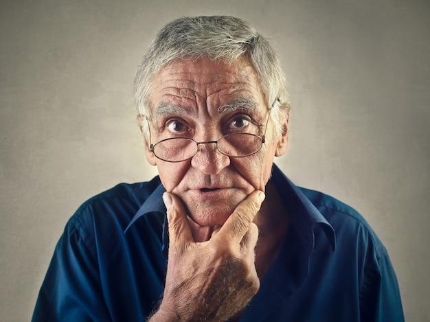 Senior homme se demandant