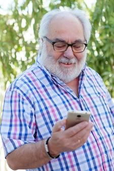 Senior homme avec un smartphone