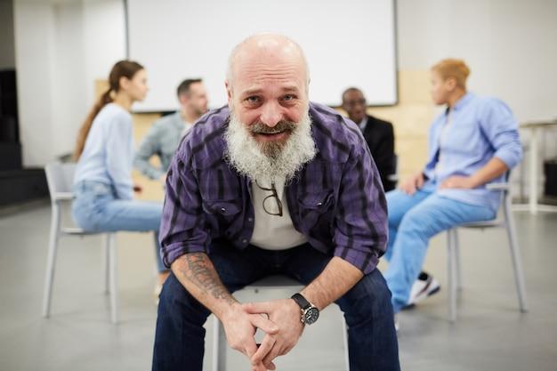 Senior homme souriant en séance de thérapie