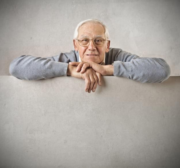 Senior homme avec un tableau blanc