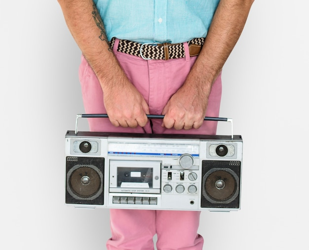 Senior homme tenant une radio élégante