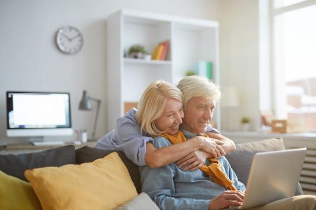 Senior homme travaillant à domicile