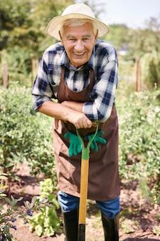 Senior homme travaillant sur le terrain