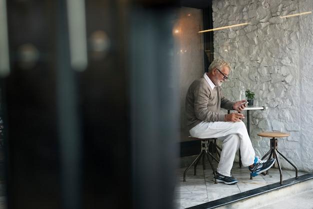Senior homme utilisant le concept de connexion de téléphone intelligent