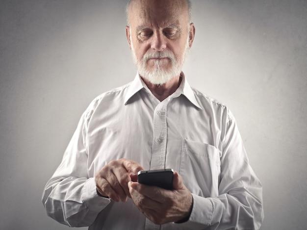 Senior homme utilisant un smartphone