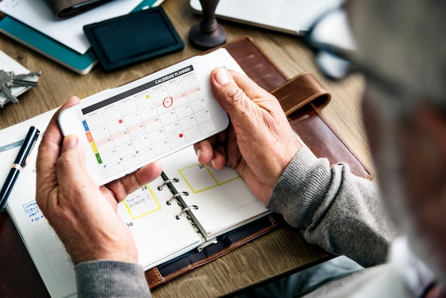 Senior homme vérifiant son calendrier