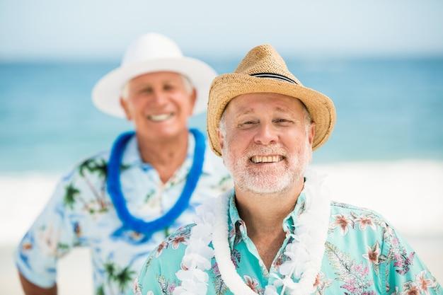 Senior hommes debout à la plage