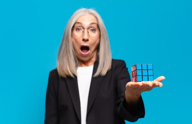 Senior jolie femme d'affaires avec un défi d'intelligence. résoudre un concept de problème