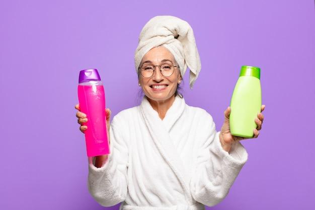 Senior jolie femme après la douche portant un peignoir