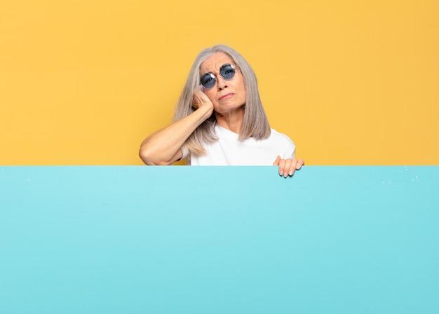 Senior jolie femme portant des lunettes de soleil. copie concept d & # 39; espace