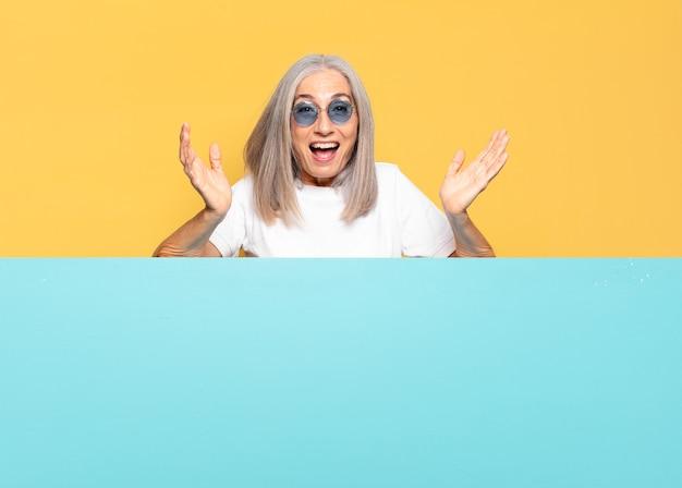 Senior jolie femme portant des lunettes de soleil. copie concept d'espace