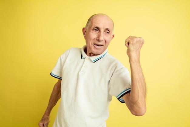 Senior man célébrant la victoire