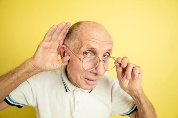 Senior man écoute les secrets