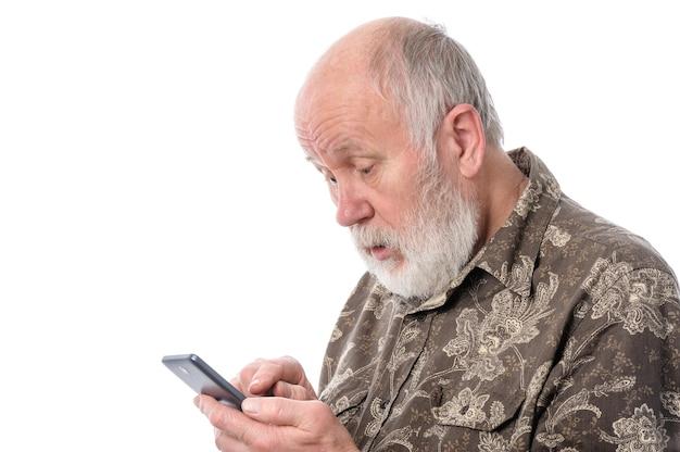 Senior man tapant ou numérotant avec smartphone mobile isolé sur blanc