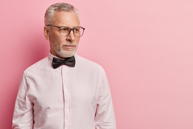 Senior man wearing white shirt et noeud papillon noir