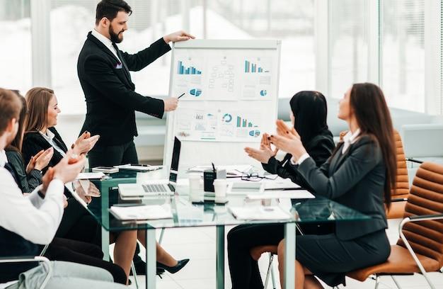 Le senior manager de l'entreprise et l'équipe commerciale organisent une discussion sur la présentation d'un nouveau projet financier. la photo a un espace vide pour votre texte.