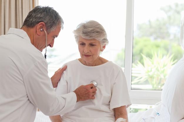 Senior médecin prenant le rythme cardiaque de son patient