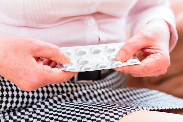 Senior médicament avec des pilules à la maison