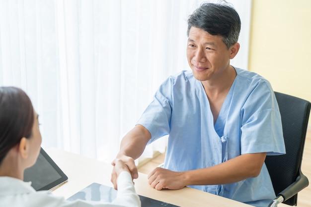 Senior patient asiatique ayant consulté un docteur en cabinet