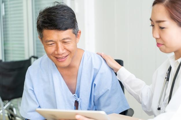 Senior patient asiatique ayant consulté un médecin