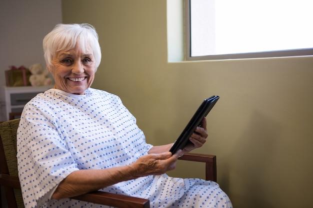 Senior patient holding tablette numérique