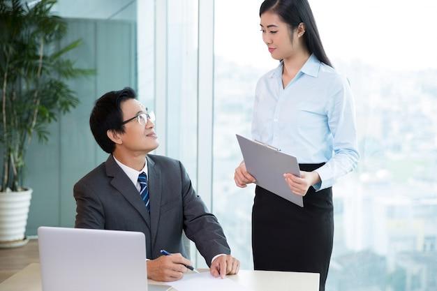 Senior patron asiatique parler pretty secrétaire