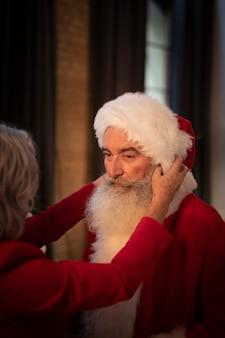 Senior père noël avec barbe et chapeau