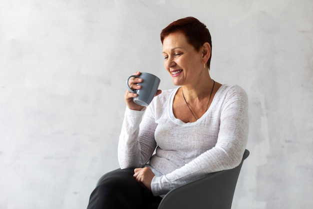 Senior senior tenant une tasse