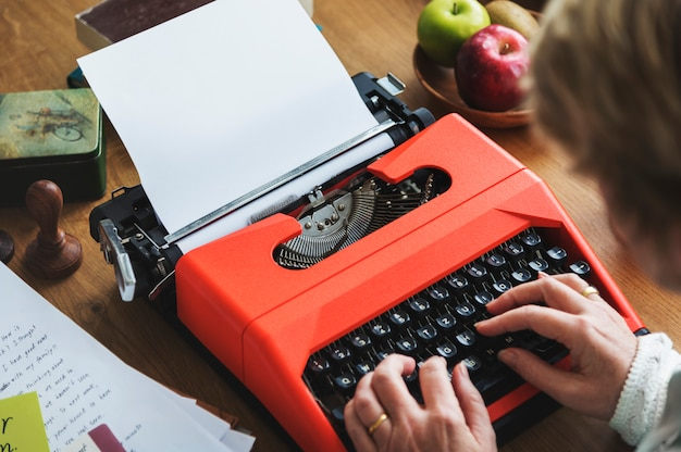 Senior en tapant sur une machine à écrire