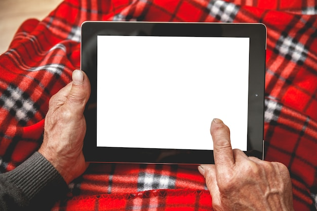 Senior tenant une tablette dans les mains