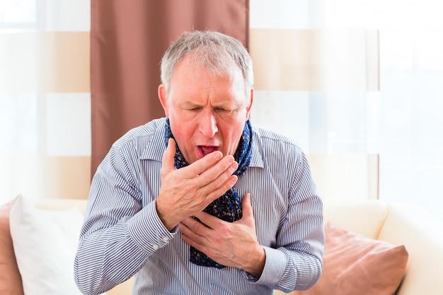 Senior toussant et ayant la grippe