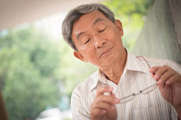 Senior vieil homme avec problème de vue