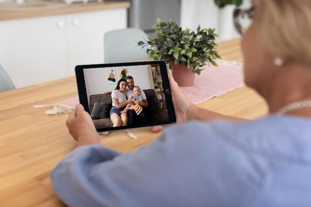 Senior woman ayant un appel vidéo avec sa famille