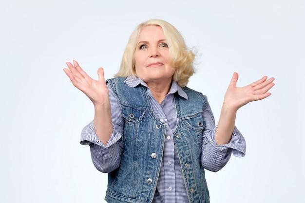 Senior woman ayant un geste de doute